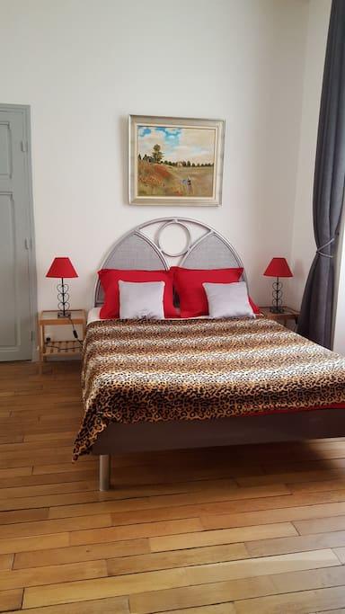 grand lit dans la chambre