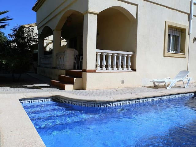 CASA SIRENA,Ideal house for your holidays near the sea, free wifi, air conditioning, private pool, pets allowed, dog's beach.