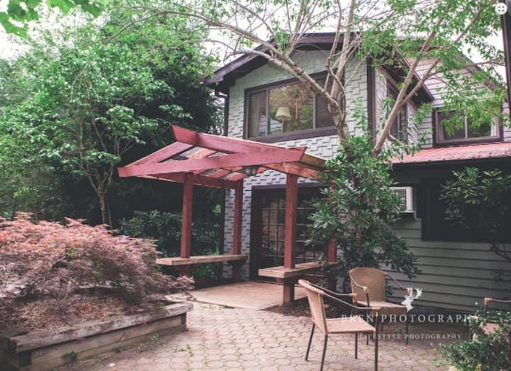 Mountain Lodge on 63 Acres - 20 min to Asheville