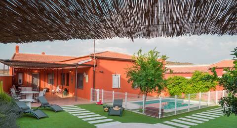 Casa Rural El Jaralejo. JARDIN, PISCINA y CHIMENEA