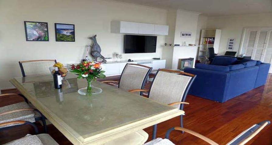 Beautiful, modern apartment - ideally situated - Glenelg East - Appartement