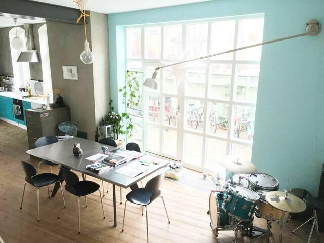 Unik designer-lägenhet i ombyggd bilverkstad.