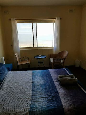 Beachside room with water views. - Henley Beach - Apartment