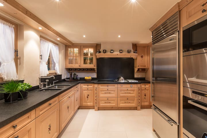 Beautifully equipped Kitchen with American style Sub Zero Fridge Freezer included Steam oven and Miele Dishwasher