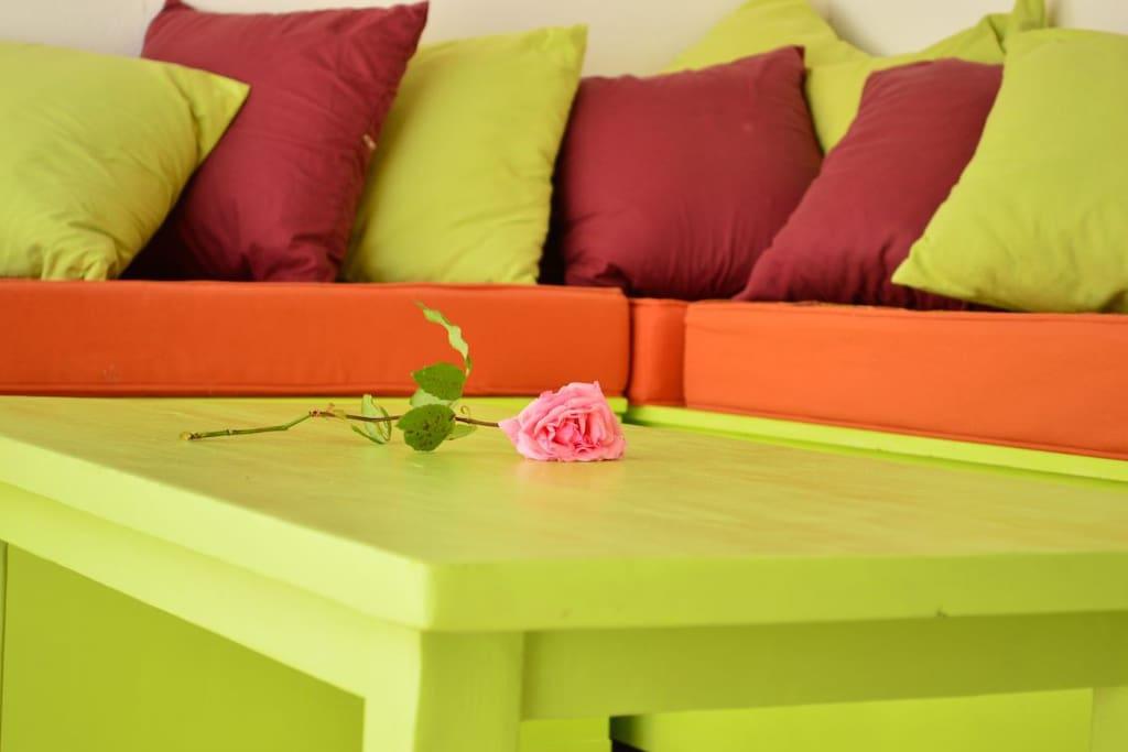 Coin sofa relaxation dans l'abri de jardin