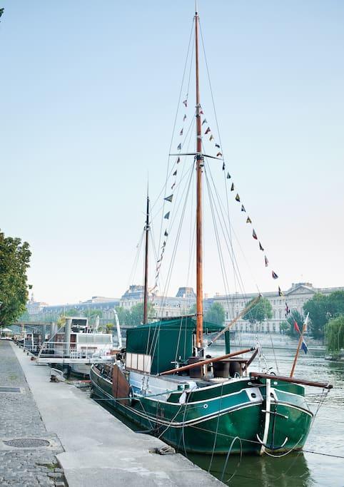 La péniche amarrée dans le 6ème face au Louvre et au square du Vert Galant. Au loin le Pont des Arts