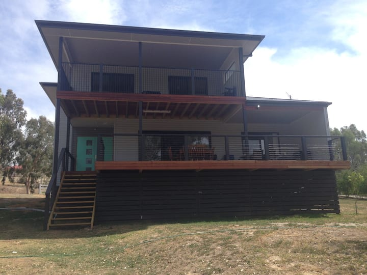 Water's Edge Holiday House - Sleeps 15
