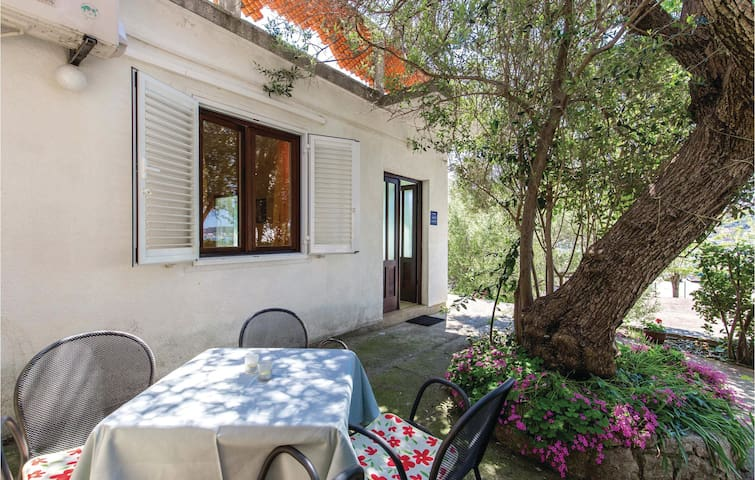 Holiday cottage with 1 bedroom on 52m² in Rab