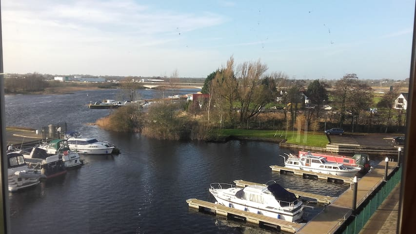 2 private rooms + 2 bathrooms overlooking Shannon - Athlone - Apartment