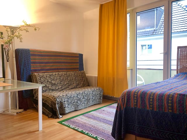 Cosy & spacious balcony room in hip Cologne area