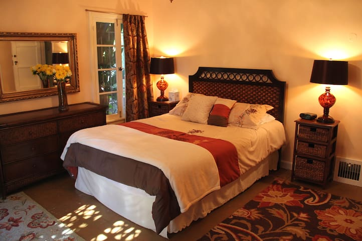 Cinema Suites Bed & Breakfast -The Casablanca Room