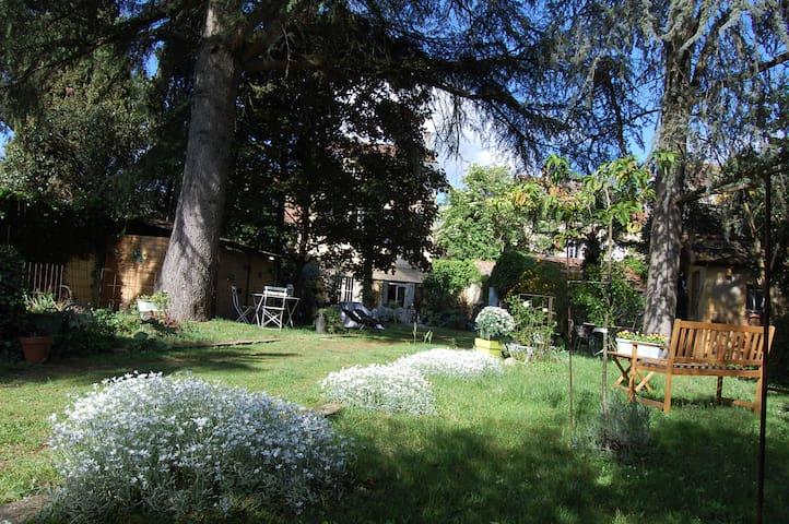 Entrée des Chambres d'hôtes Madeleine Bergerac par le jardin .