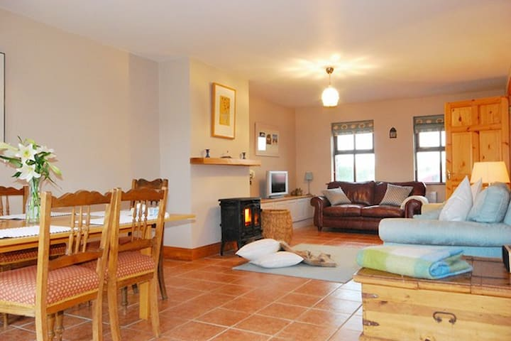 PEBBLE COTTAGE - Home away from home! - Castlegregory - Talo