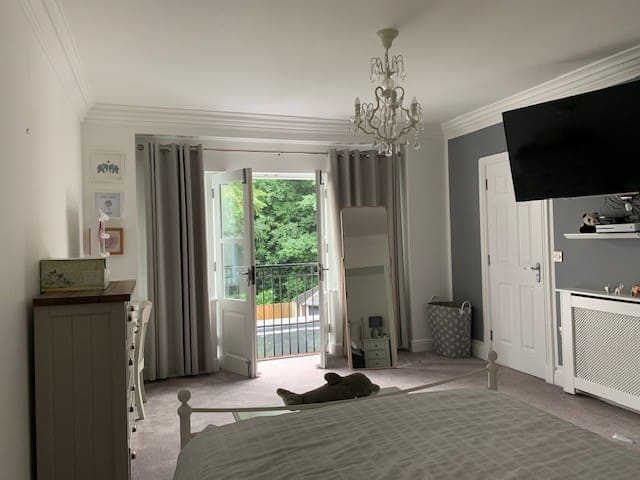 Guest Room One, First Floor with En-Suite, Balcony and T.V. Netflix
