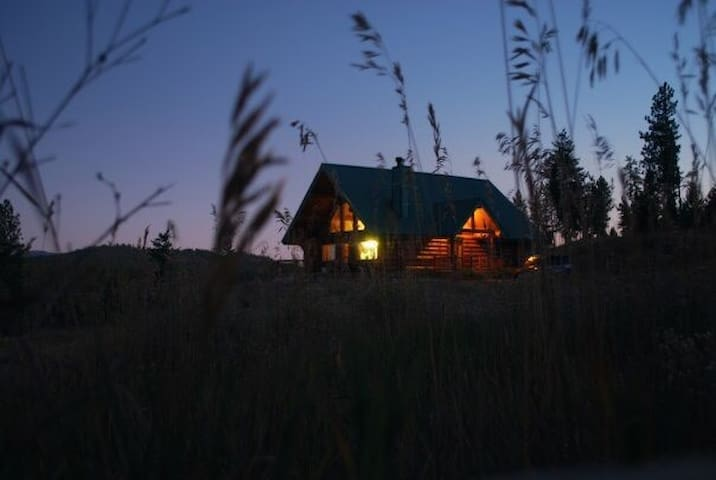 The Never Never: Modern Cabin Retreat and Views