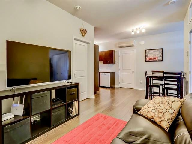 Modern & Cozy Condo   In the heart of Plateau