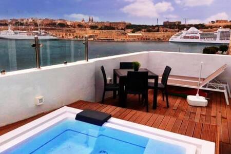 Senglea studio penthouse with a private pool