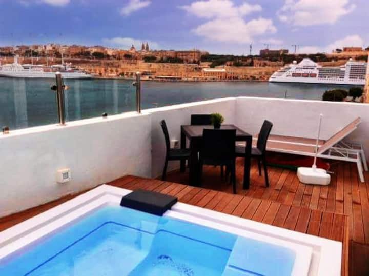 Senglea studio penthouse with a private pool