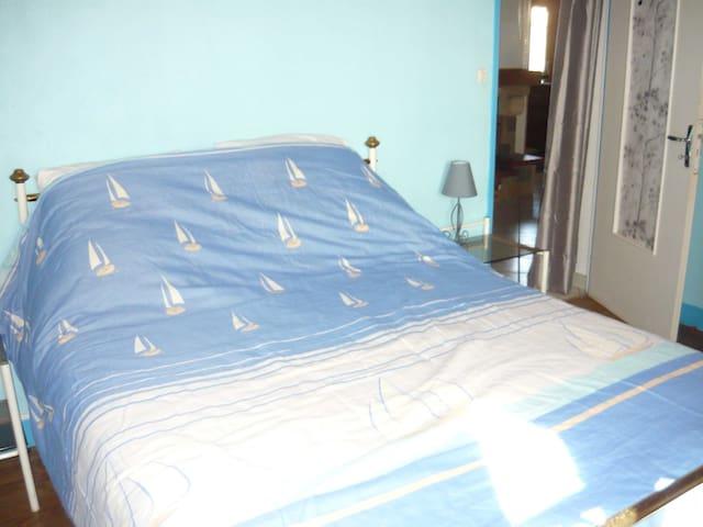 Chambre N°1 avec un lit de 140
