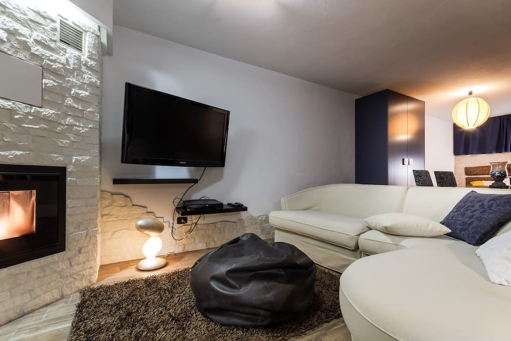 Zona relax, TV, divano, camino pellet