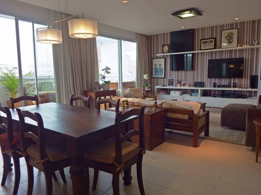 Sala integrada com terraço coberto com churrasqueira e Jacuzzi