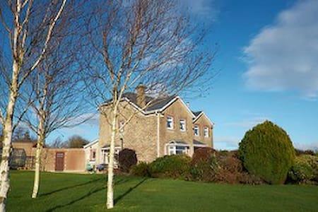 Double room in a spacious home, beautiful garden - Castlebridge - Rumah
