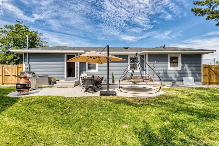 Updated family home w/ a firepit, fenced yard, hammock - close to the beach!