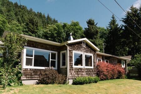 Falcon Cove Beach House w/ Outdoor Sauna