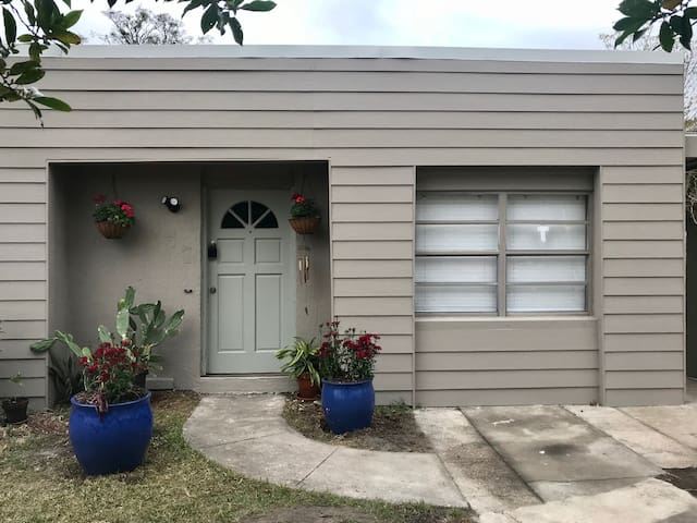 Lovely, Bright, Comfy Orlando home Close to it all