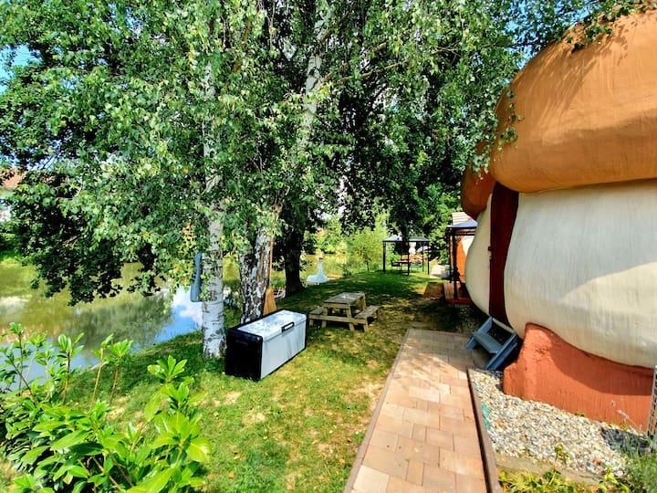 Hiška Jurček, pravljična rajska vas ob ribniku