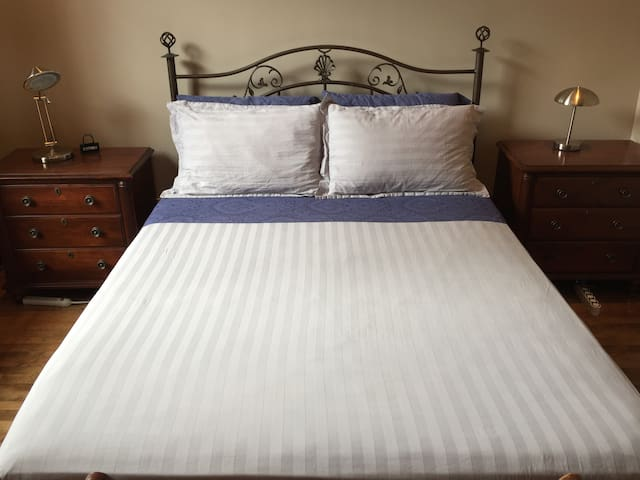 Bright Cozy Bedroom + Brunch in Westmount