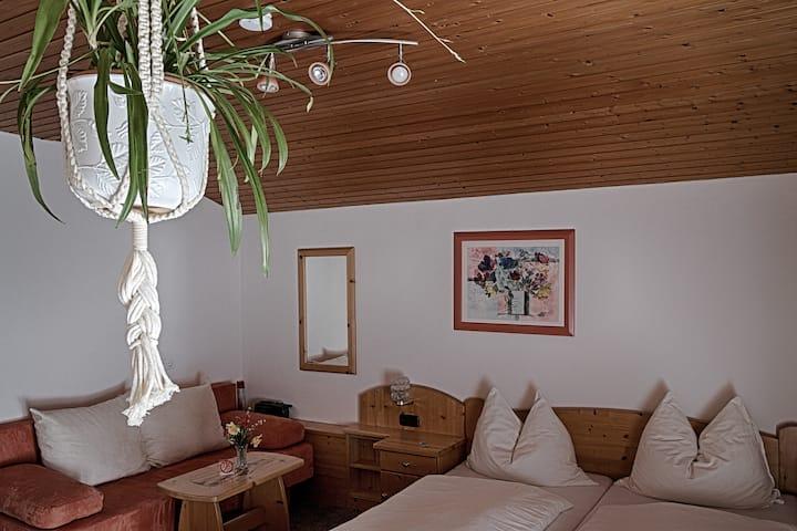 Familienzimmer m.Balkon u. Blick auf Lattengebirge