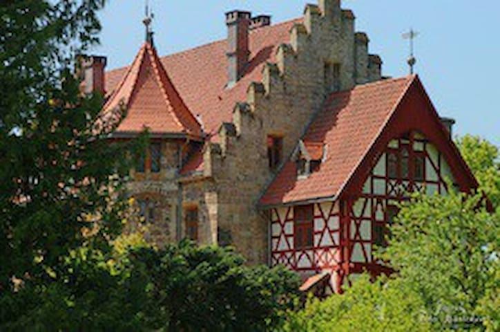 Große Wohnung in neugotischem Schloß bei Eisenach