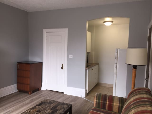 Cheerful One Bedroom Apt w/ Queen & Pullout Sofa