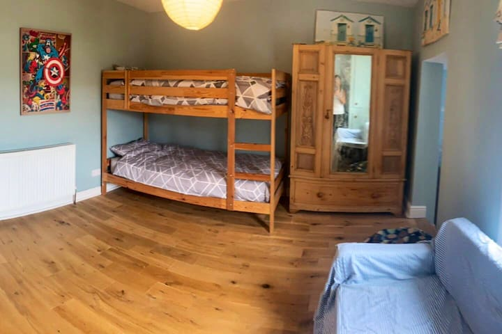 Middle bedroom with bunk beds
