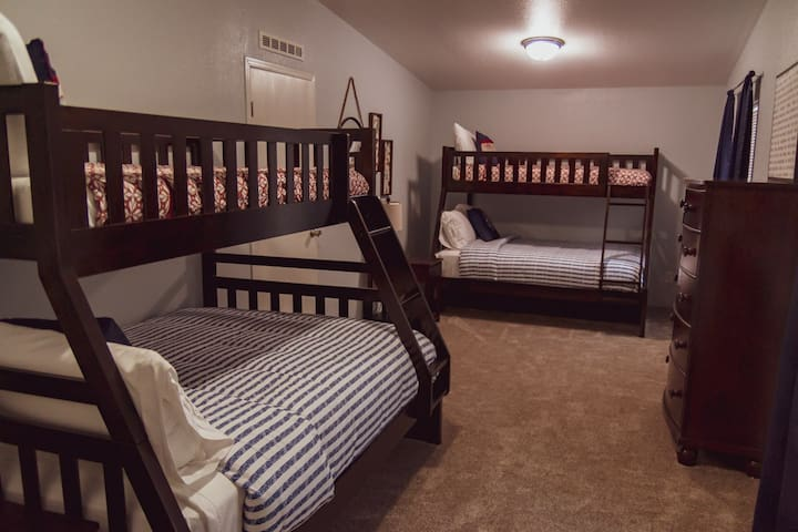 Bunkbeds, twin over full. Sleeps 6 if you put 2 in both of the full beds.