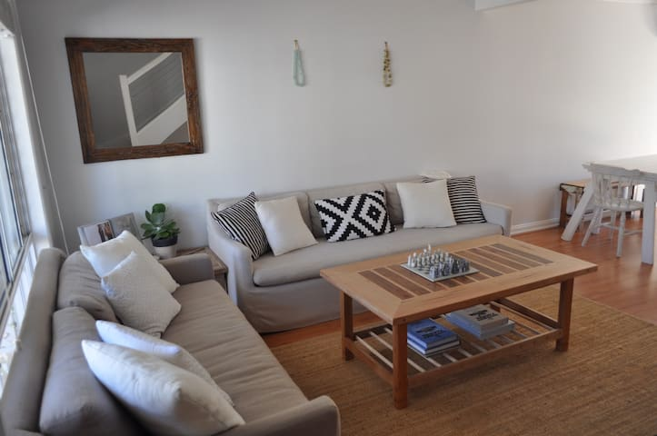 Bright, homely & convenient - Elanora - Stadswoning
