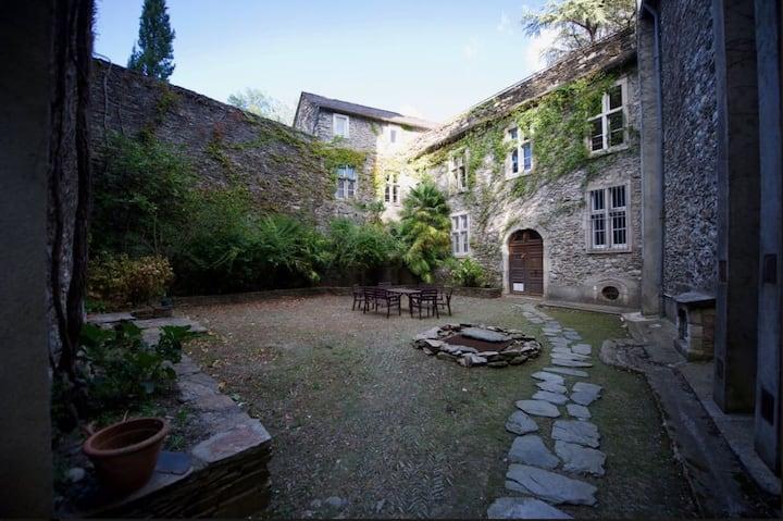 """Chambre d'hôte """"La Tour"""" dans Château Médiéval"""