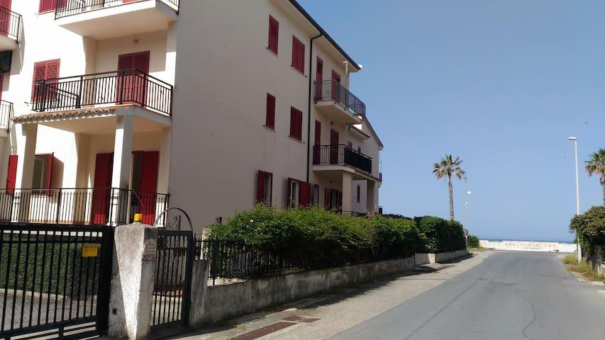 2 min dalla spiaggia - Torremezzo di Falconara - Byt