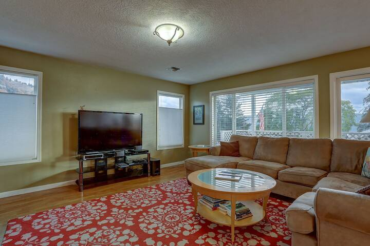 Northern Lights - Hot Tub, White Salmon Elegance! Steps to Downtown White Salmon