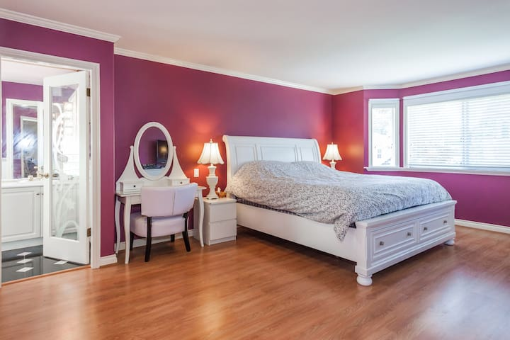 KING Bed with Private Bathroom - 6 min to Airport