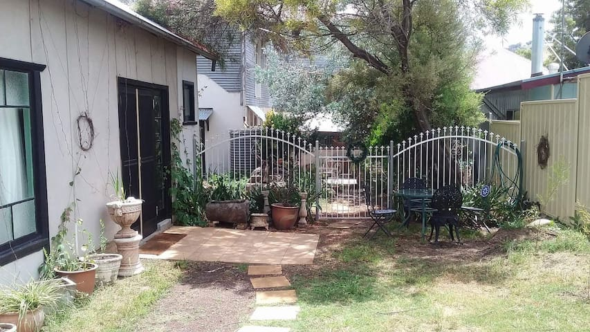 Adelong Garden Studio.           Pet Friendly