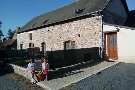 La Laiterie gîte en pierre de 5 chambres à coucher - Sainte-Marguerite-d'Elle - 独立屋