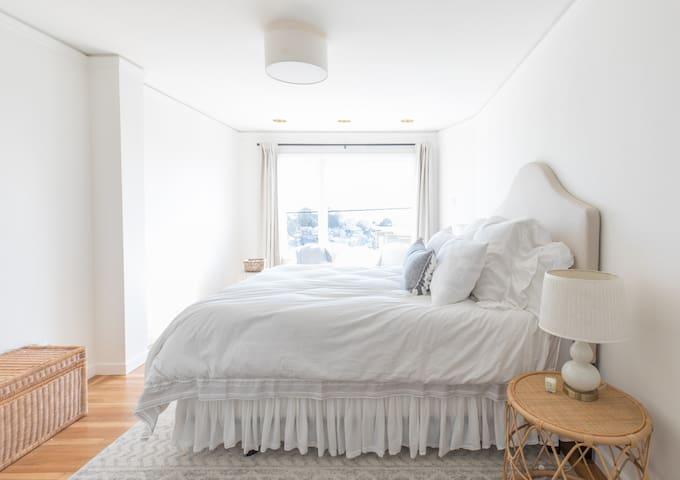 Primary bedroom (with en suite bath)
