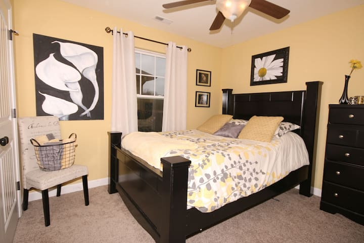 Black and Gold Room with Queen Bed - Columbia - Haus