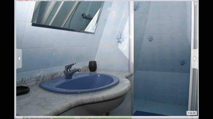 Salle de douche et toilettes attenantes à la chambre