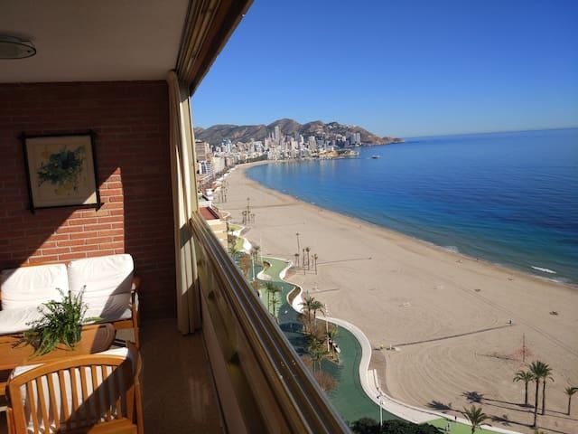 Apartamento, Primera Línea de Playa. WIFI, Piscina