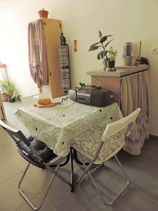 La cuisine possède une table qui se déplie : de 2 à 4 personnes, et tout le confort des condiments pour cuisiner selon votre goût :)