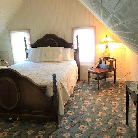1870's farmhouse attic suite, walk to Britt & town