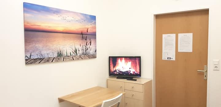 Zentral gelegende Schlafraum Zimmer 1 WIFI + TV